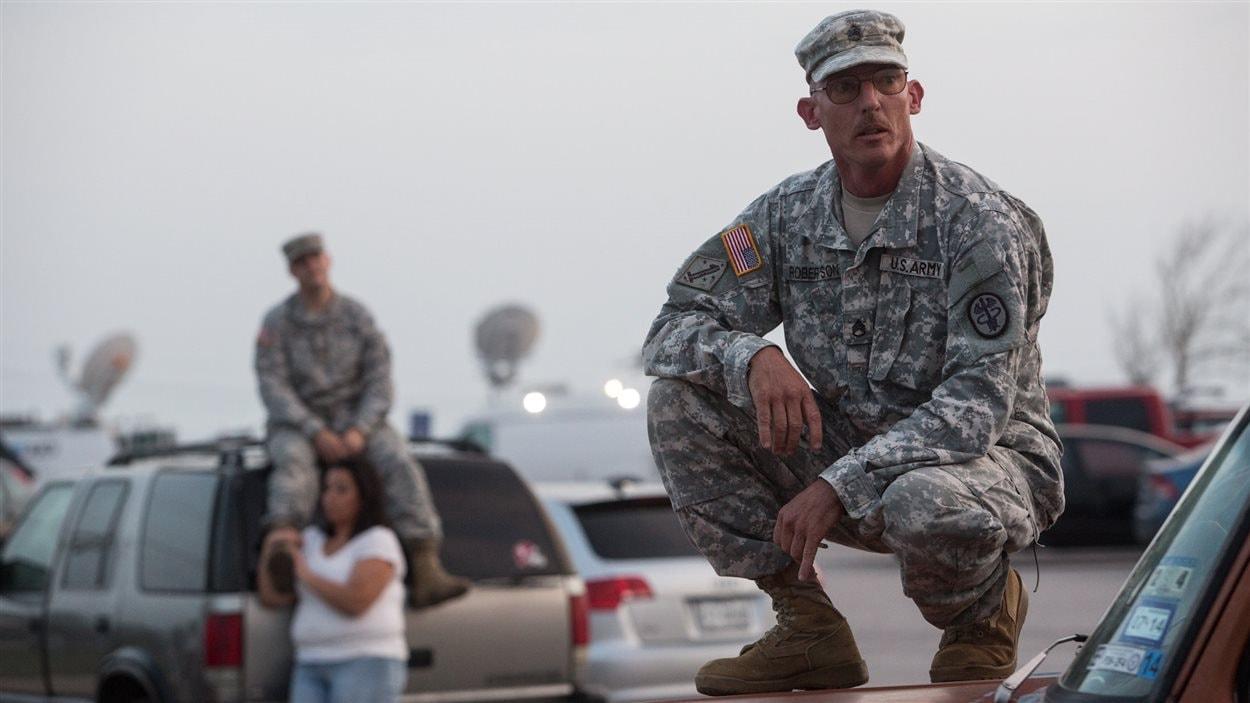 Un sergent de l'armée américaine attend des nouvelles des victimes de la fusillade de Fort Hood, au Texas, le 3 avril 2014.