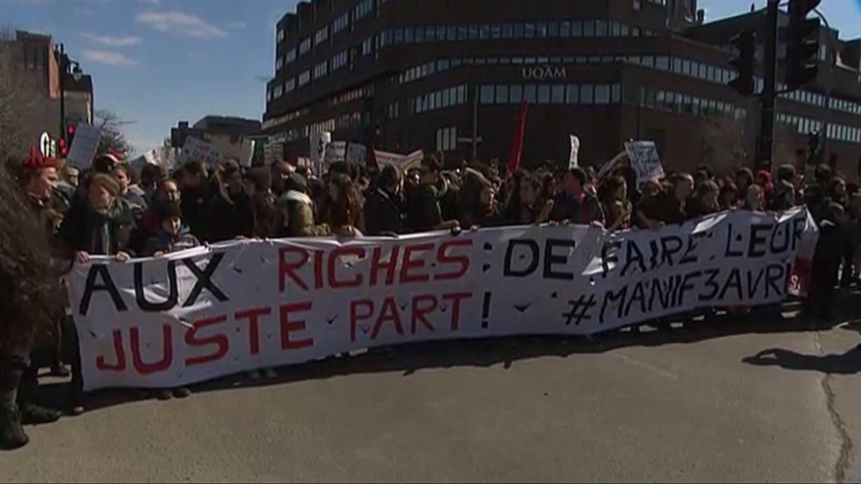 Les manifestants se préparent à monter la rue Berri vers le nord.