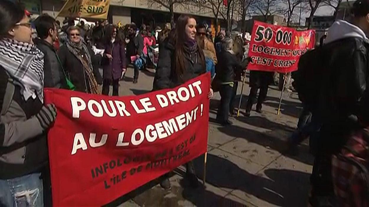 Les manifestants réunis à la place Émilie-Gamelin ont plusieurs revendications, dont le droit au logement.