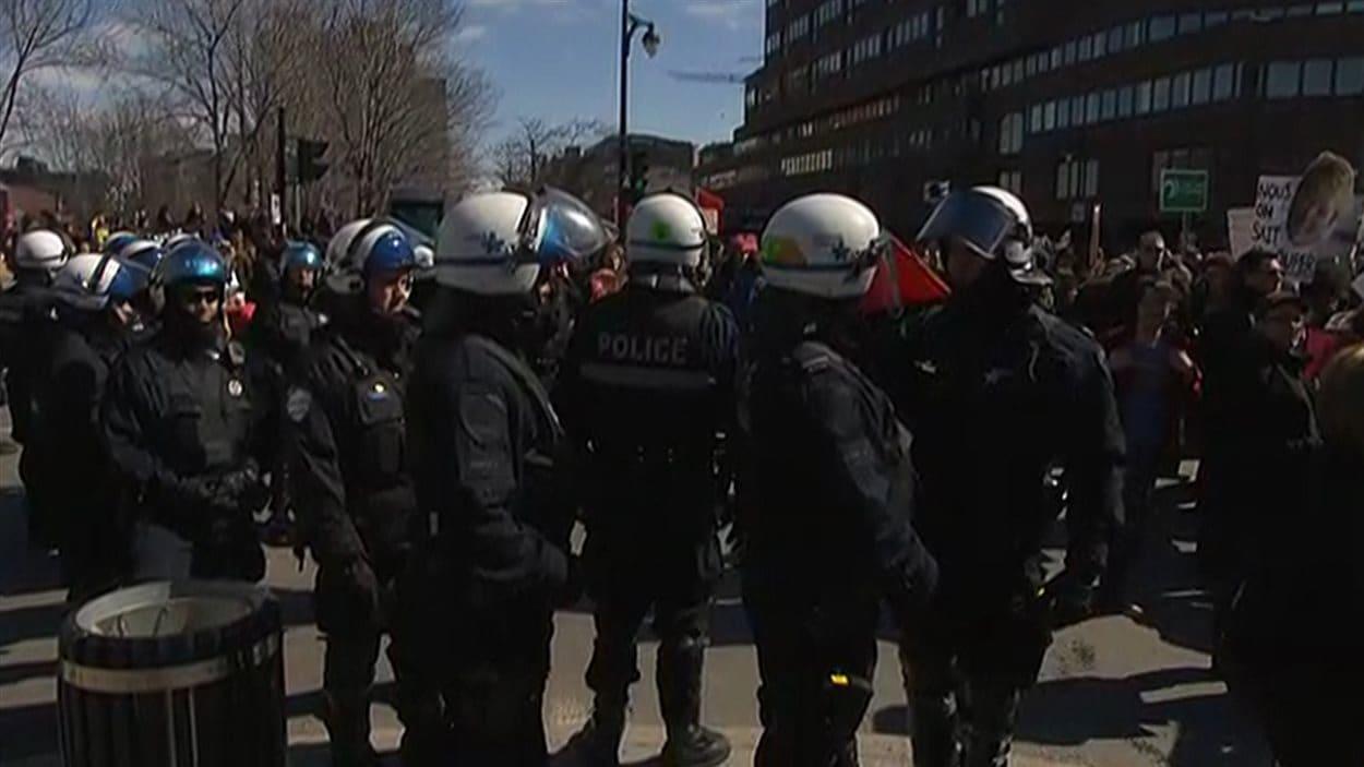 Les policiers surveillent la manifestation en grand nombre.