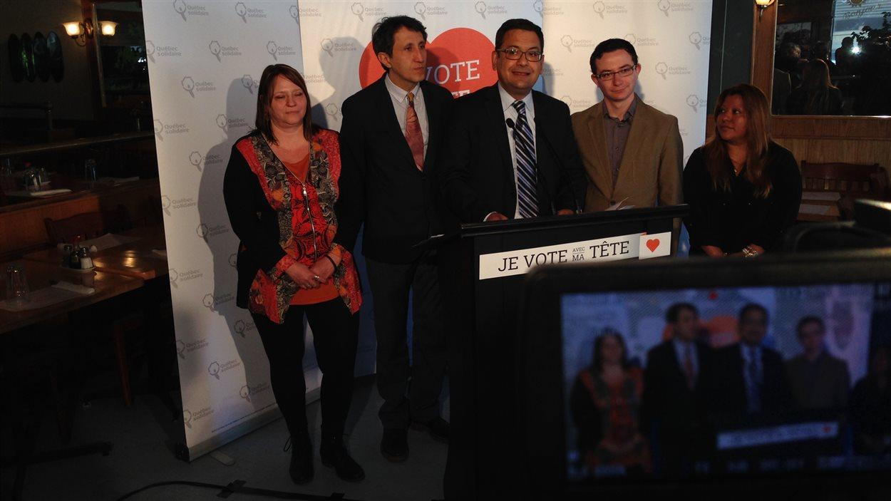 Andres Fontecilla et Amir Khadir entourés de candidats de Québec solidaire à Laval : Anik Paradis (Mille-Îles, à gauche), Nicolas Chatel-Launay (Laval-des-Rapides, deuxième à partir de la droite) et Melbi Jeanina Moran (Vimont, à droite).