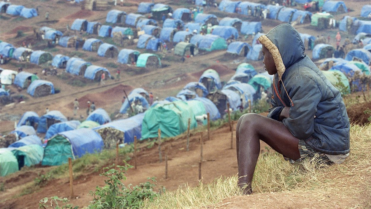 Une jeune Tutsie regarde le camp de réfugiés Nyarushishi, le 25 août 1994.
