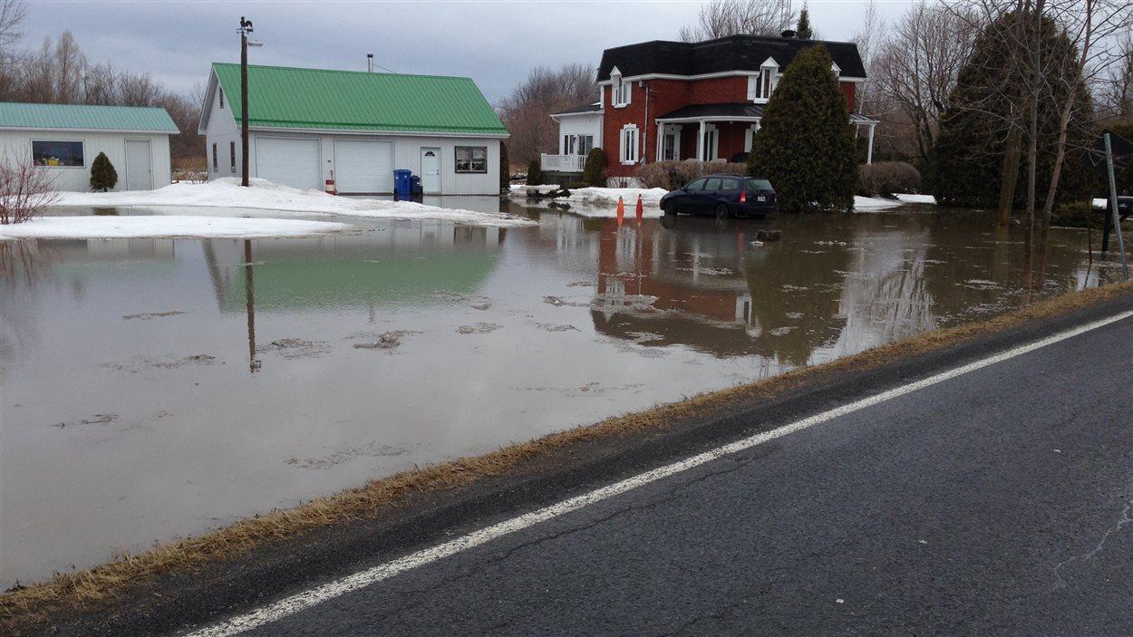 Inondations :  la rue Salaberry à Carignan