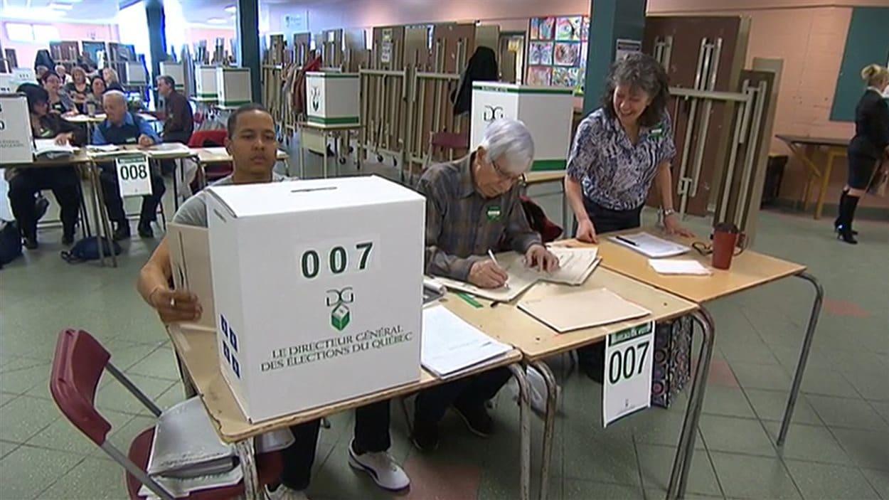 Jour de vote au qu bec des lecteurs de sherbrooke - Organisation bureau de vote ...