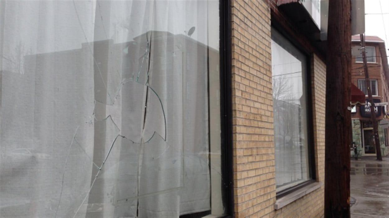 La vitrine brisée de la mosquée