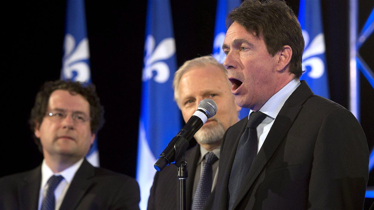 Pierre Karl Példeau (à droite), Bernard Drainville (à gauche) et Jean-François Lisée livrent un discours partisan, avant que Pauline Marois n'annonce son départ, lundi soir.