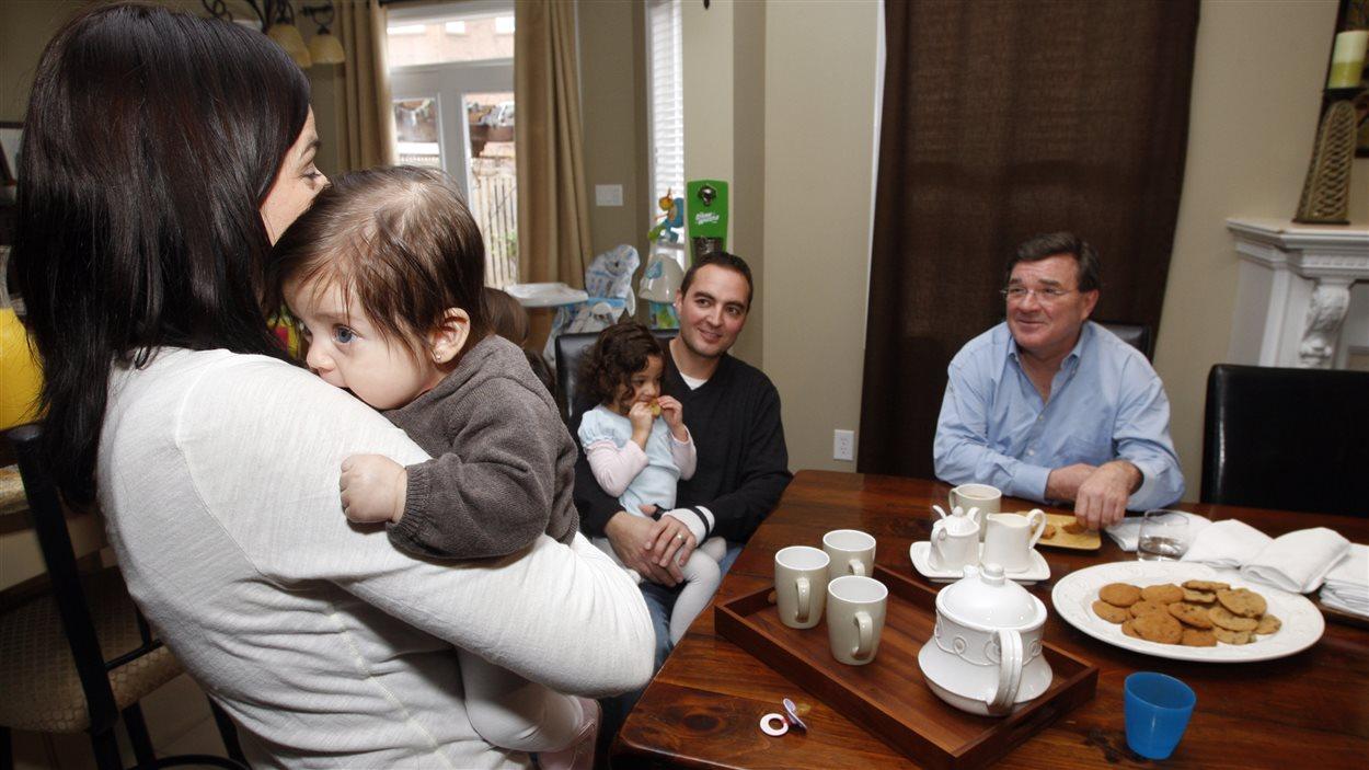 Le ministre Flaherty rencontre une famille d'Oakville lors de discussions pré-budget en 2010.