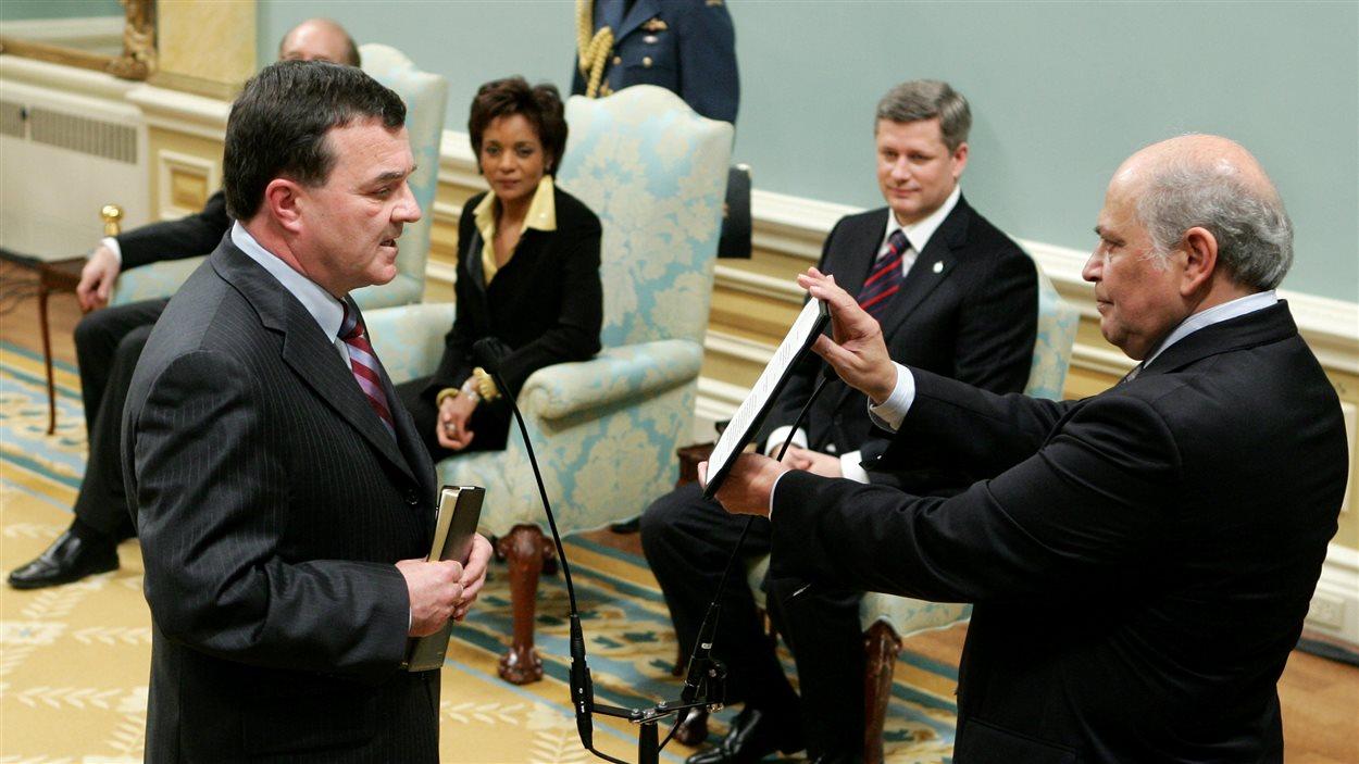 Jim Flaherty prête serment dans le nouveau gouvernement conservateur en 2006.