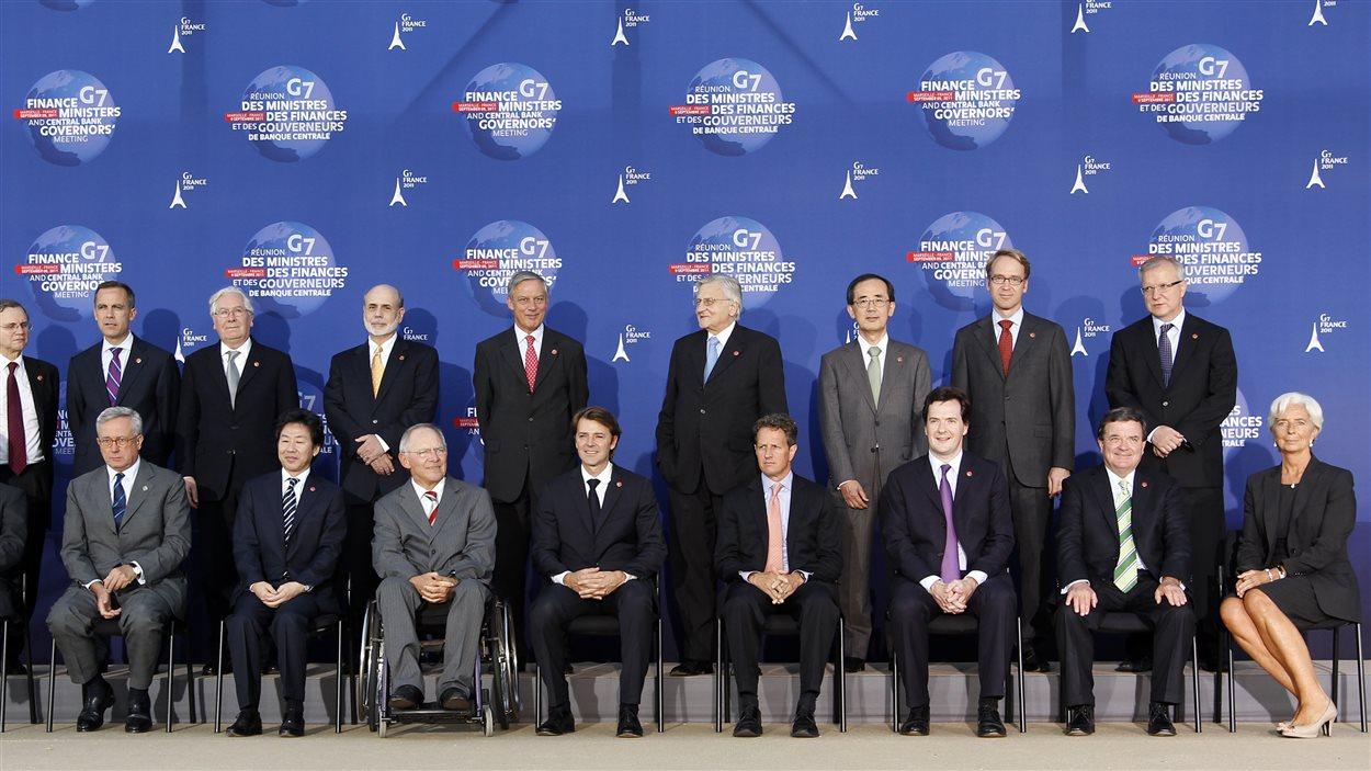 En 2011 le G7 des ministres des Finances et gouverneurs de banques. Jim Flaherty, à droite, est assis à côté de la directrice du Fonds monétaire international Christine Lagarde.