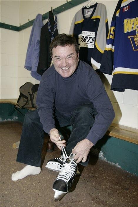 Jim Flaherty chausse ses patins pour encourager un programme d'activités physiques en 2007.