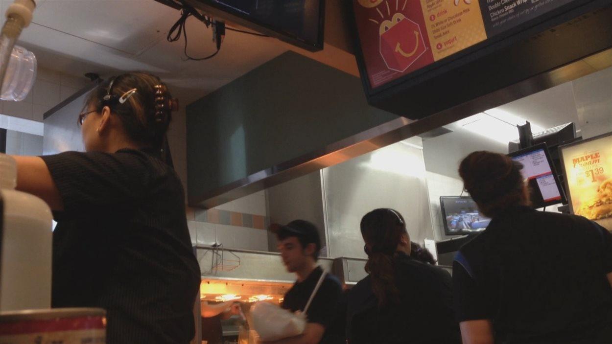 Plusieurs employés étrangers temporaires ont été embauchés à cette franchise de McDonald's de Parksville en C.-B, il y a trois ans. Les employés locaux disent alors avoir vécu d'importantes réductions d'heures de travail.