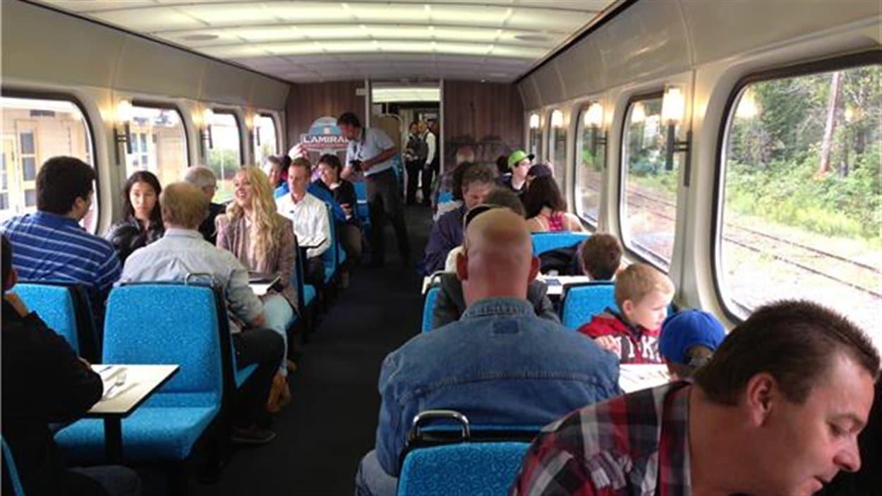 Voyageurs à bord du train touristique L'Amiral