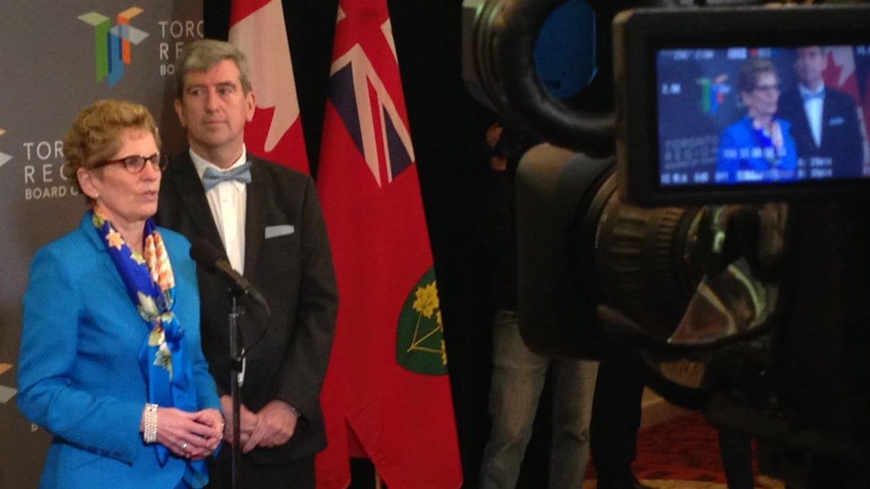 La première ministre Kathleen Wynne, lundi, en compagnie du ministre des Transports Glen Murray