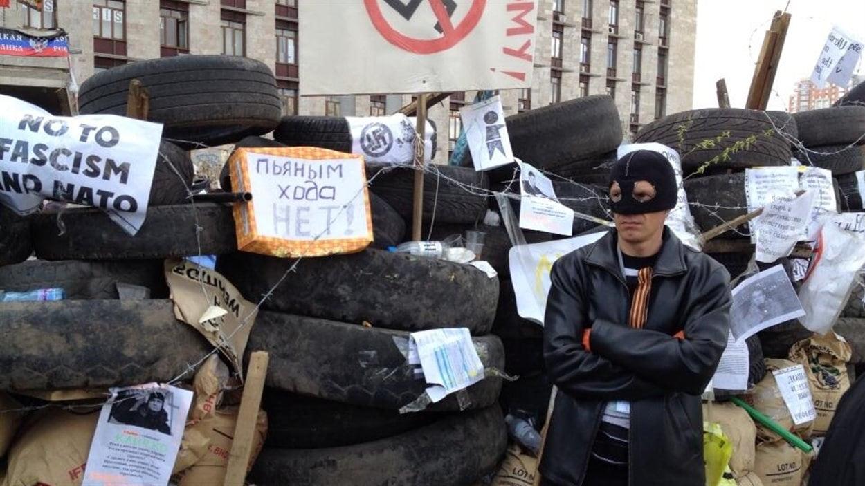 Un militant prorusse aux abords d'une barricade à Donetsk