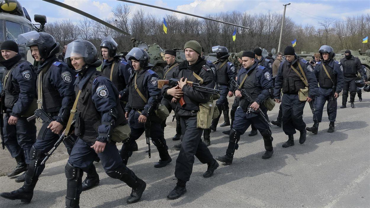 Des troupes du ministère ukrainien de l'Intérieur à un point de contrôle près d'Izioum dans l'est de l'Ukraine le 15 avril 2014.