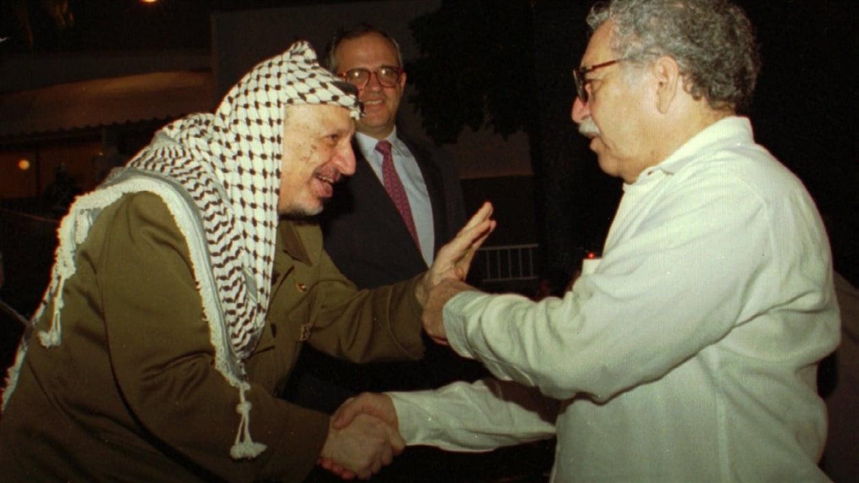 Le 20 octobre 1995, Gabriel Garcia Marquez sympathise avec Yasser Arafat au Sommet des États non-alignés de Carthagène, en Colombie.