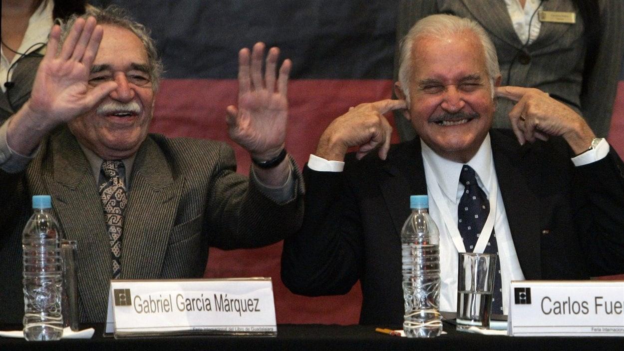 Gabriel Garcia Marquez va maintenant rejoindre son grand ami, l'écrivain mexicain Carlos Fuentes, mort en mai 2012. Ici, les deux auteurs rigolent lors de la Foire internationale du livre de Guadalajara, en 2008.