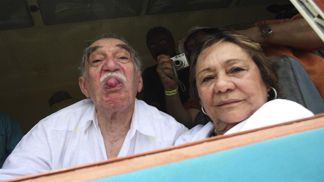 Accompagné de sa femme Mercedes Barcha, l'écrivain s'amuse dans le cadre d'un passage dans sa ville natale d'Aracataca, en Colombie, en 2007, qu'il visite pour la première fois en 25 ans.