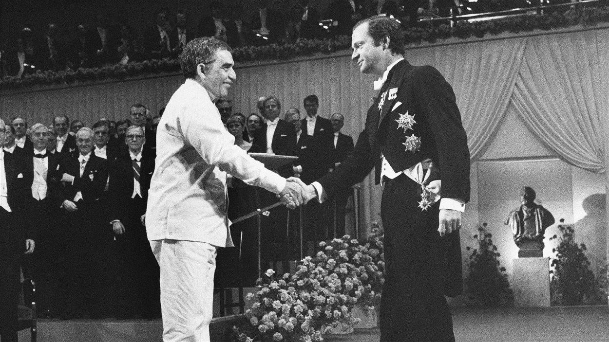 Le 8 décembre 1982, Gabriel Garica marquez reçoit le le prix Nobel de la littérature au Concert Hall de Stockholm, en Suède.