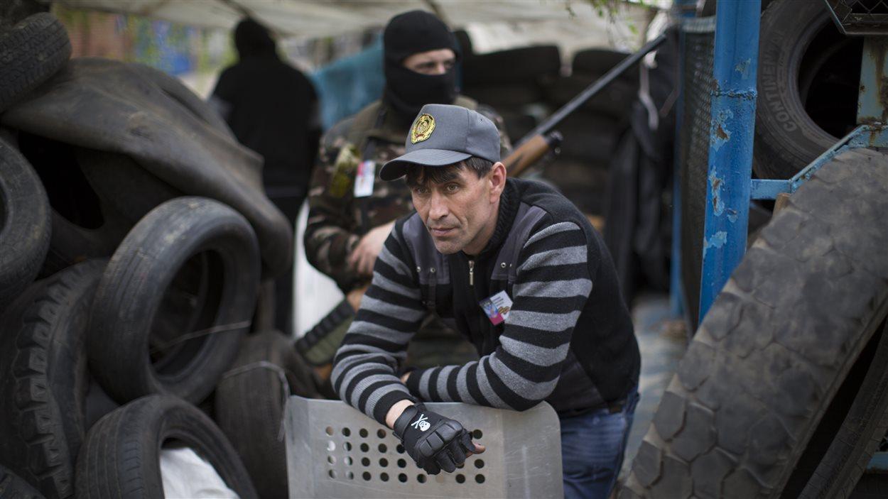 Les militants prorusses protègent des barricades dans Slovyansk, en Ukraine.