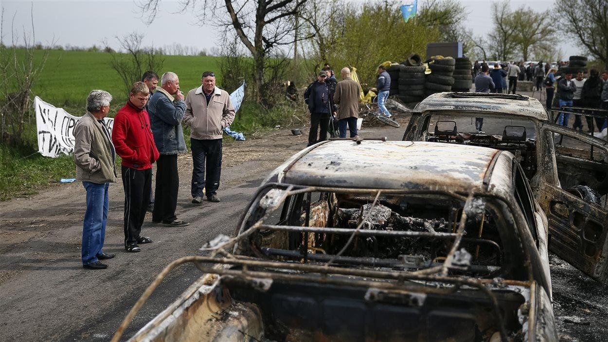 Des véhicules calcinés après l'affrontement à Slaviansk