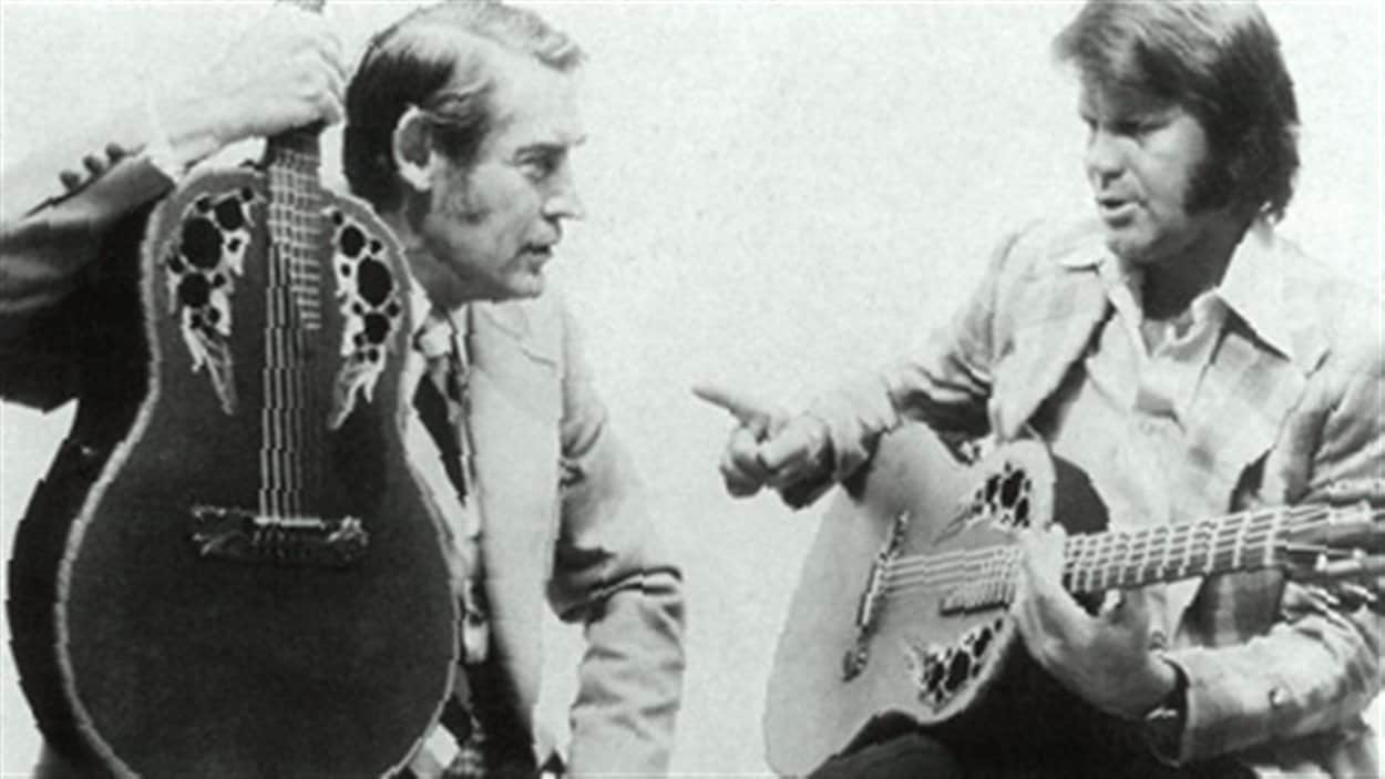Charlie Kaman et le musicien Glen Campbell