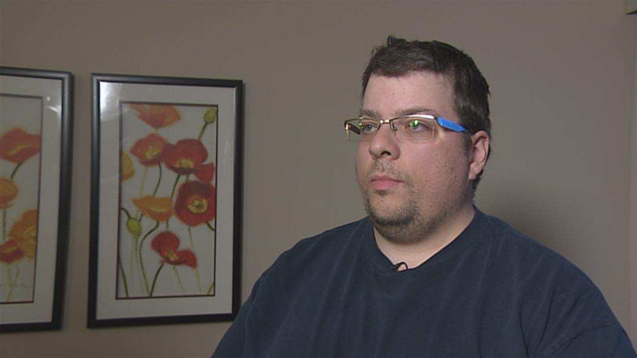 Le Québécois Marc Allard accorde une entrevue à Radio-Canada à Cold Lake, en Alberta, en avril 2014.