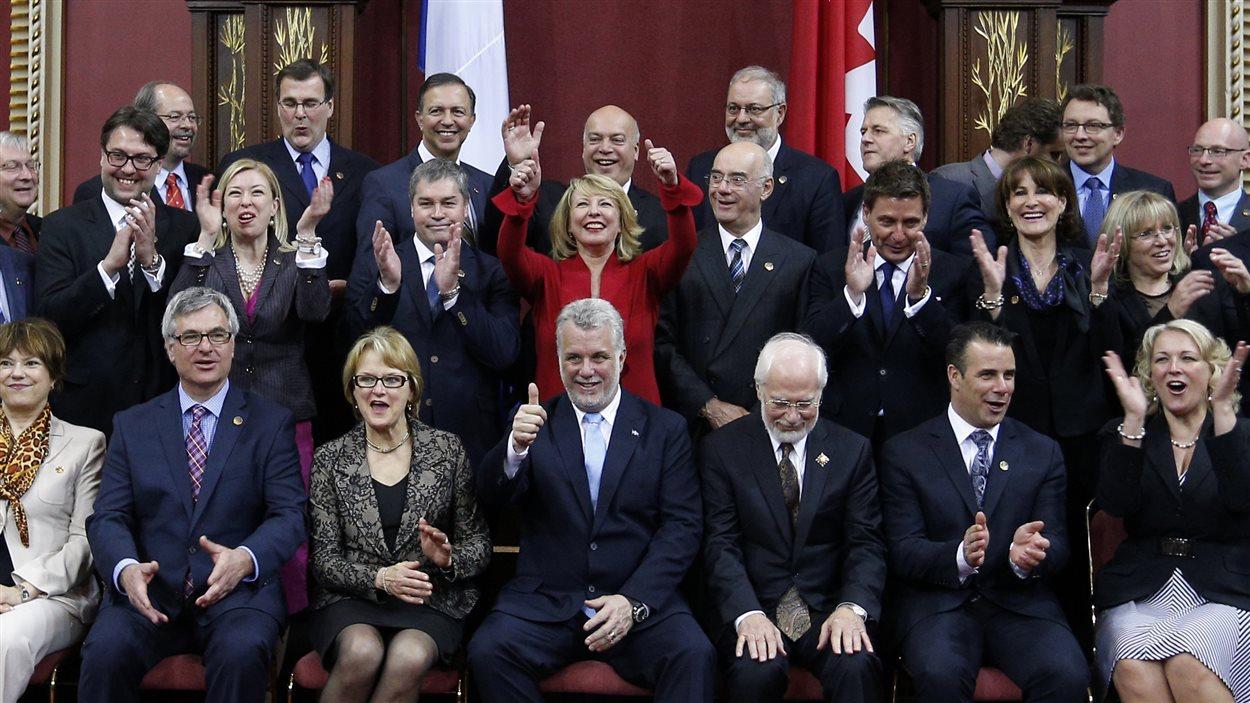 Philippe Couillard entouré de ses ministres