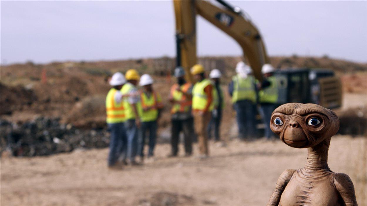 Une poupée d'E.T. à la décharge d'Alamogorgo