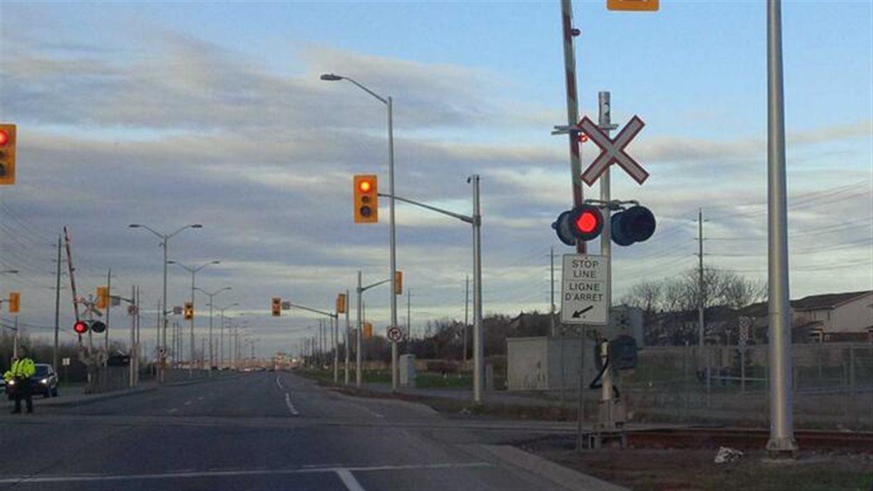 Des policiers d'Ottawa dirigent la circulation au passage à niveau de Followfield lundi soir.