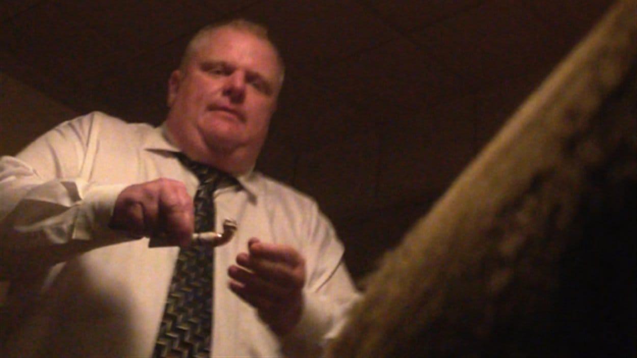 Rob Ford en train de fumer ce qui semble être du crack dans cette photo obtenue par le site américain Gawker et le Globe and Mail.