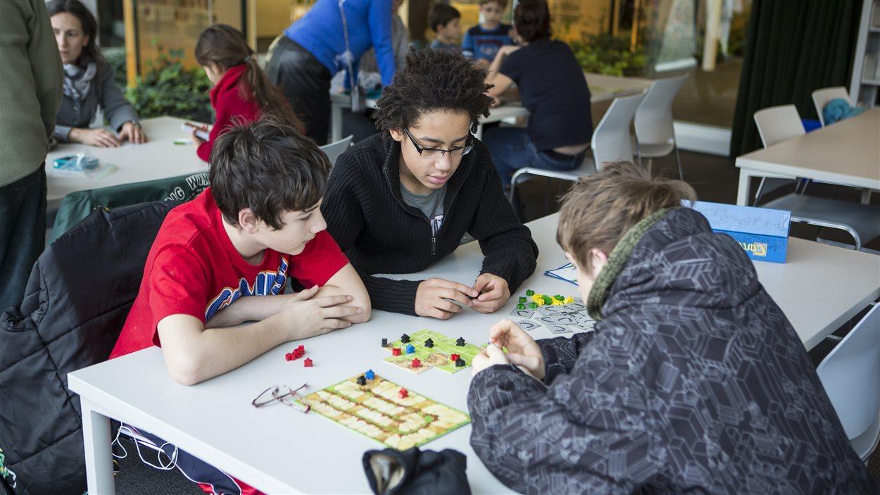 Des jeunes participant à une séance de jeux de société dans une bibliothèque de Montréal.
