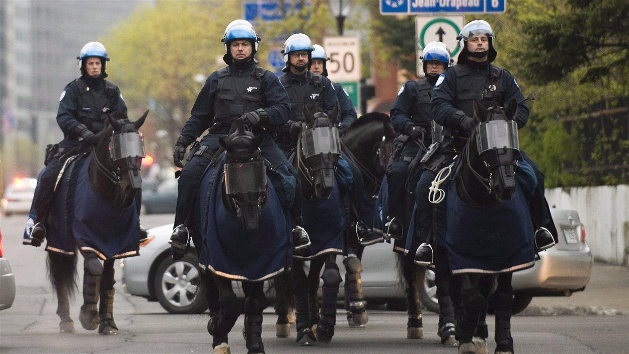 Des policiers à cheval lors d'une manifestation à Montréal (archives).