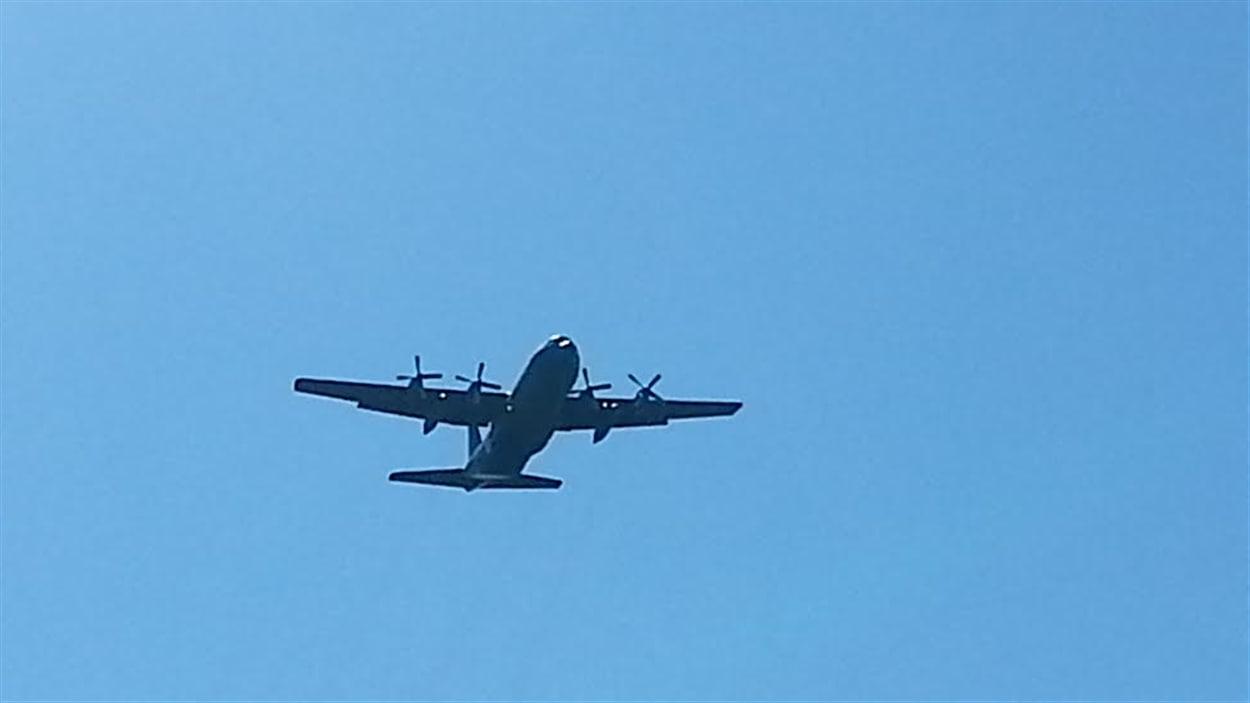 Un avion de l'Aviation royale canadienne prend part à un exercice au mont Cascades, le 6 mai 2014.