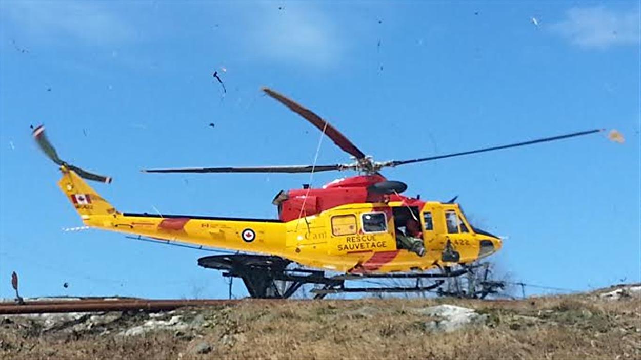 Un hélicoptère de recherche et sauvetage participe à une simulation au mont Cascades, le 6 mai 2014.