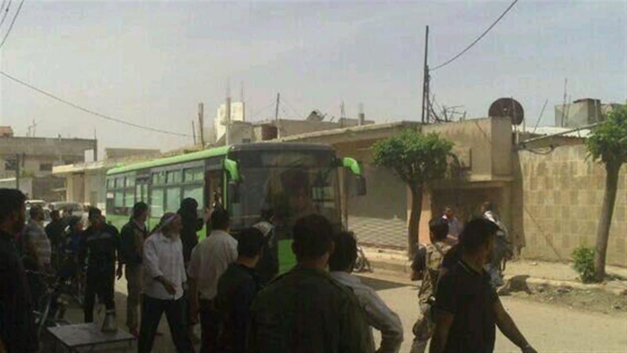 Des autocars devant permettre aux rebelles de quitter les lieux ont fait leur entrée dans la vieille ville de Homs.