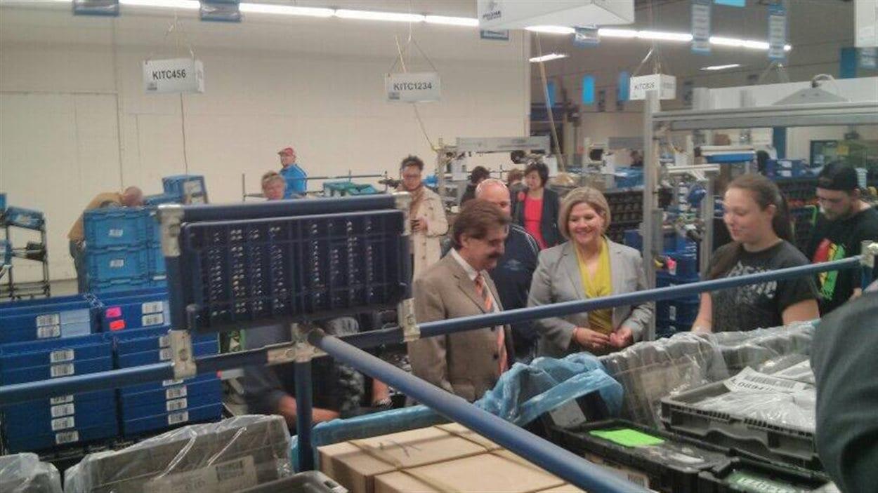 La chef néo-démocrate visite une usine de fabrication de pièces automobiles à Niagara Falls.