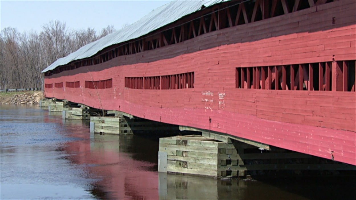 Le pont Félix-Gabriel-Marchand, qui enjambe la rivière Coulonge dans la municipalité de Mansfield-et-Pontefract, en Outaouais, est le plus long pont couvert au Québec (archives).