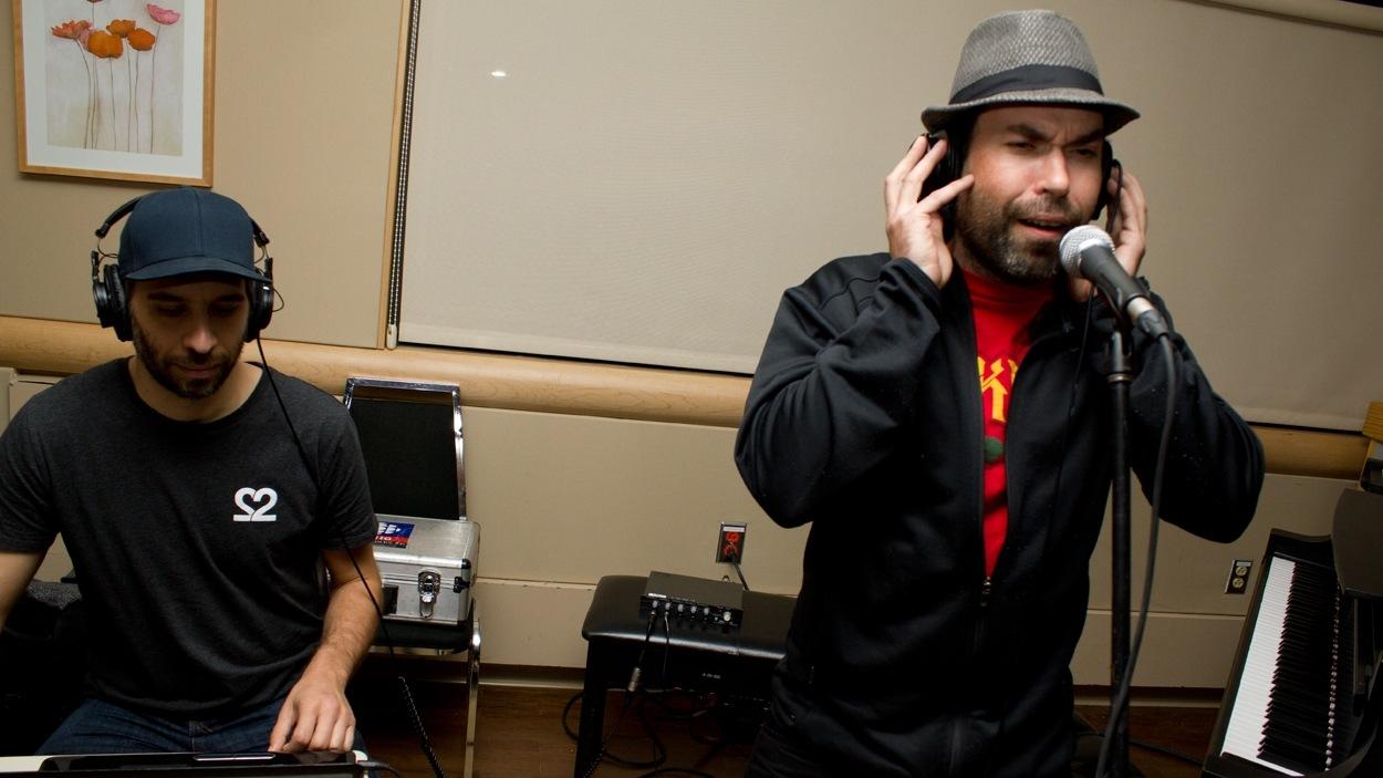 Le producteur Poirier et le chanteur Face-T en pleine prestation.