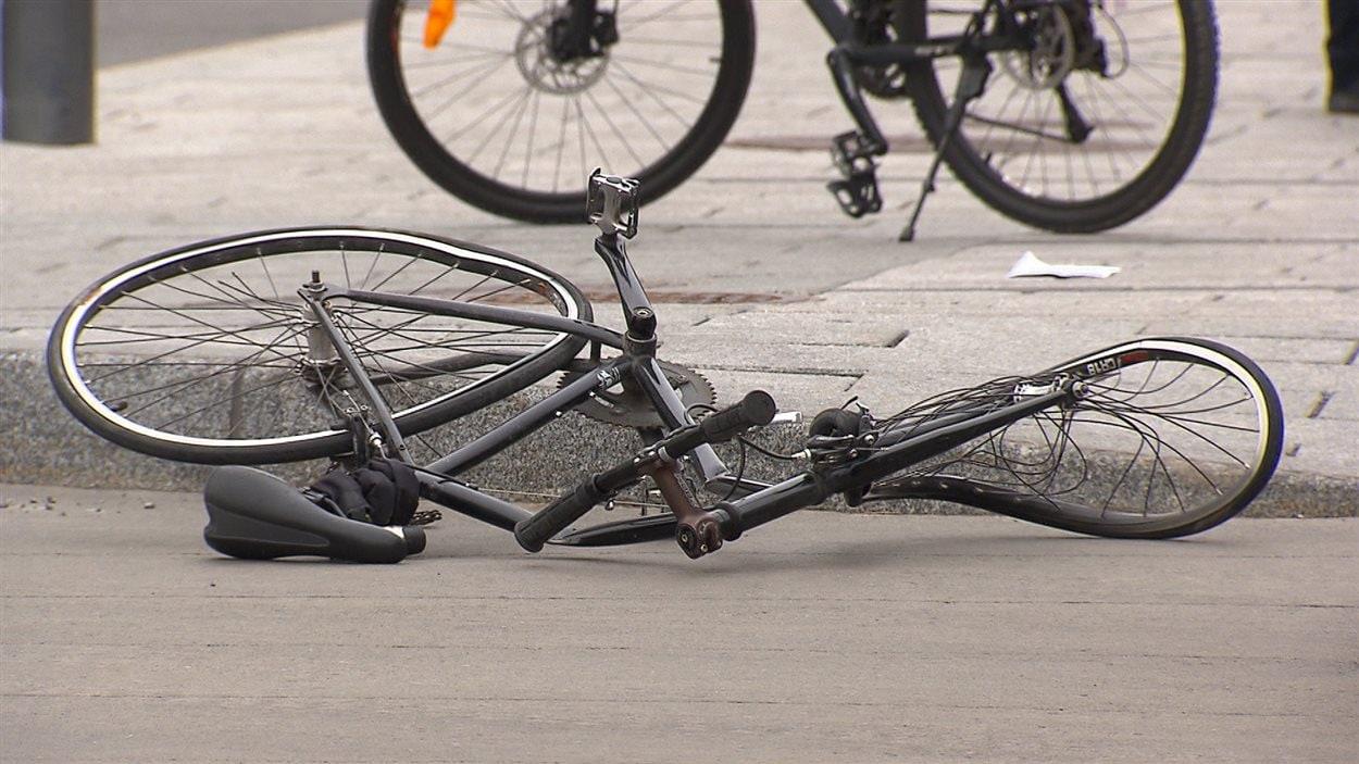 Le vélo de la cycliste happée par un camion au centre-ville de Montréal, le 9 mai