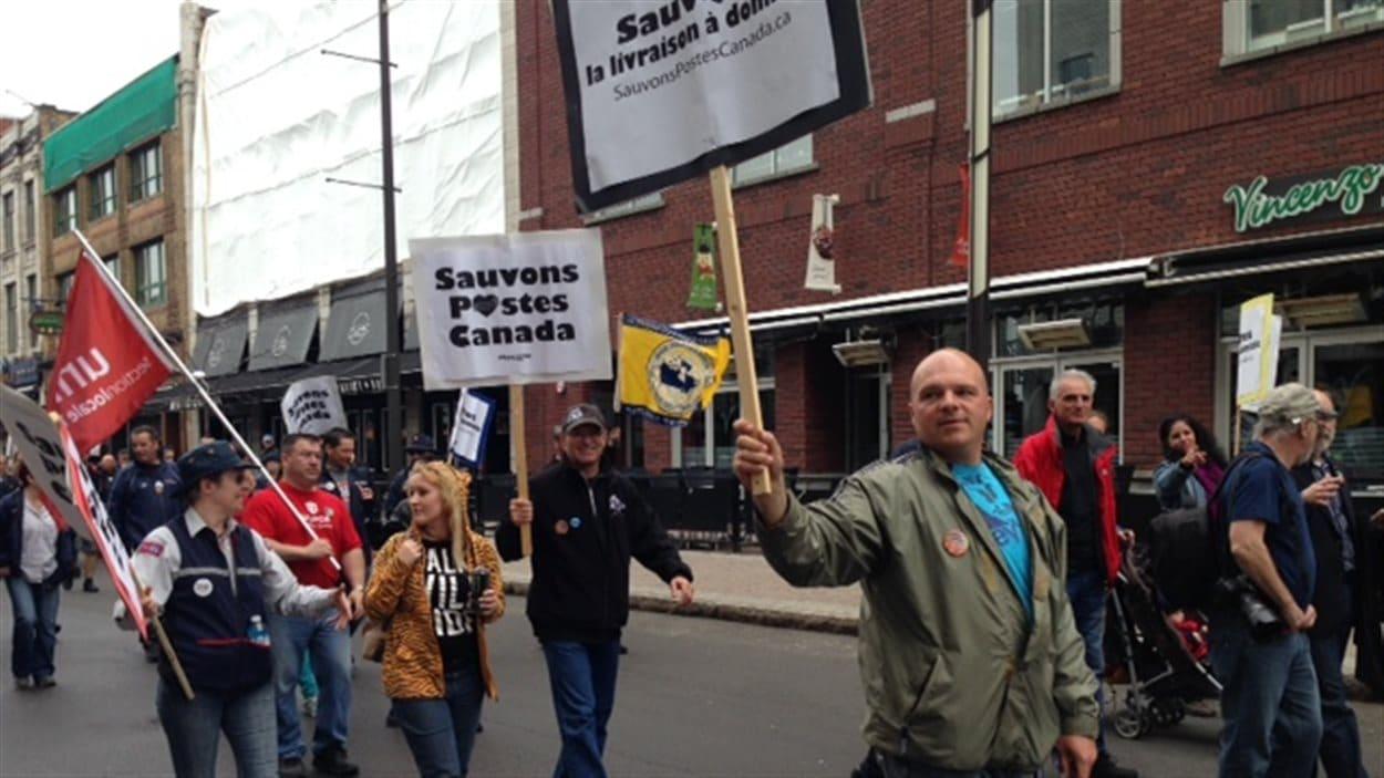La marche à Trois-Rivières, qui était organisée par le Syndicat des travailleurs des postes de la région, a rassemblé une centaine de personnes.