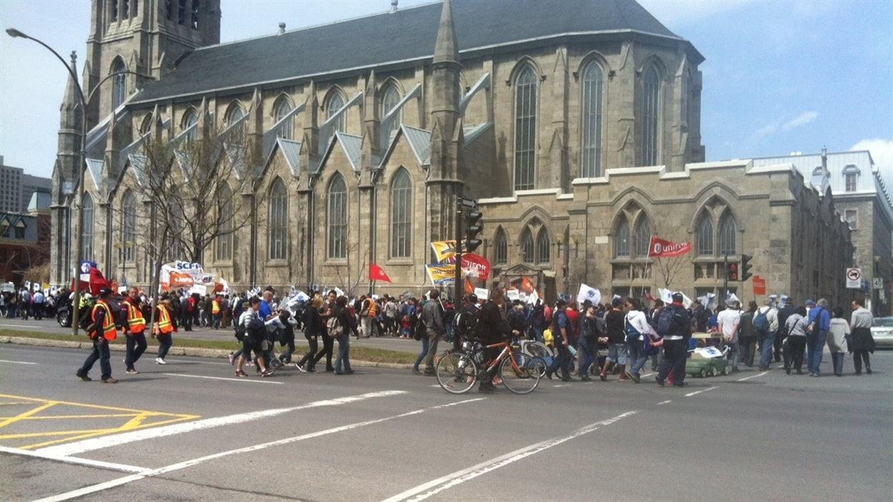 À Montréal, les manifestants ont fait un arrêt à la maison de Radio-Canada, avant de retourner à leur point de départ, le parc Émilie-Gamelin.