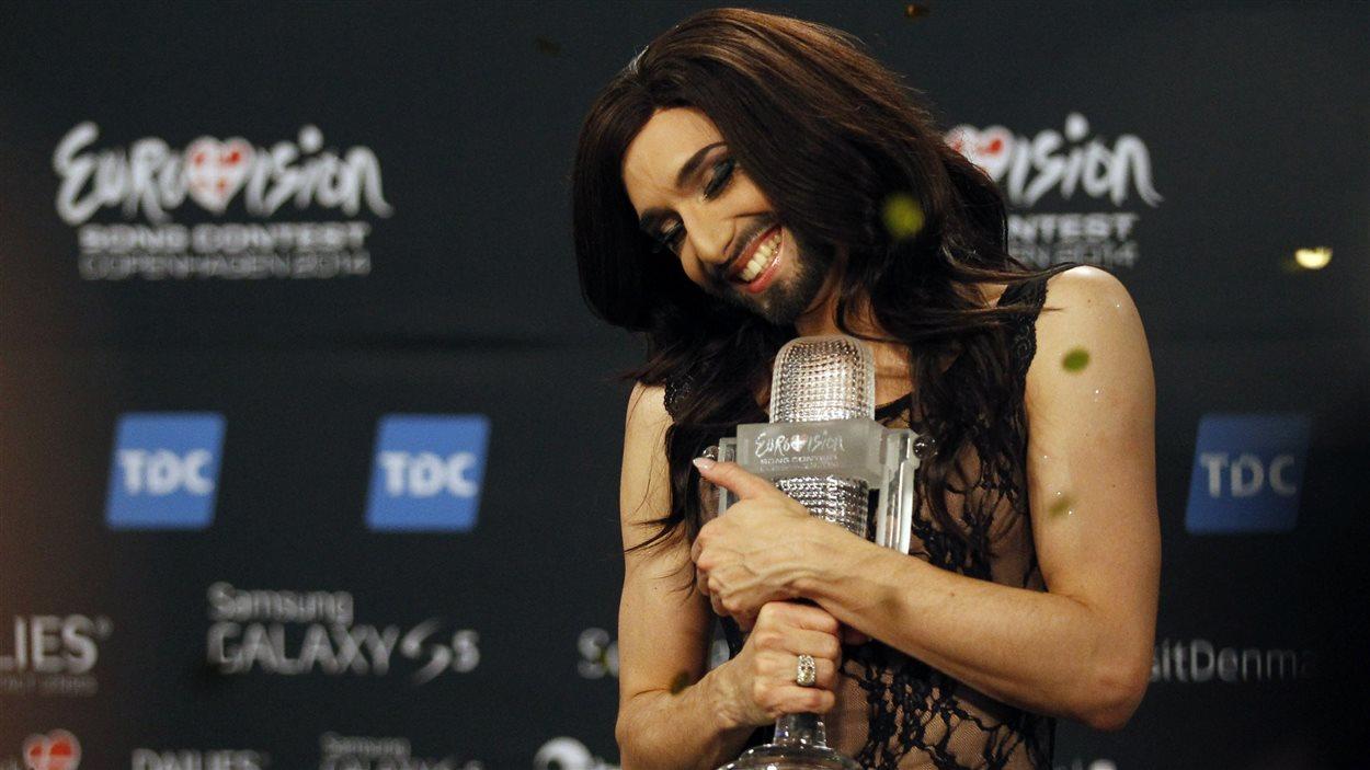 Un travesti barbu remporte l'Eurovision pour l'Autriche.