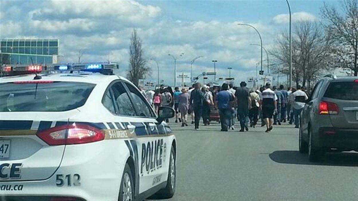 Une centaine de facteurs de l'Outaouais marchent contre les compressions à Poste Canada.