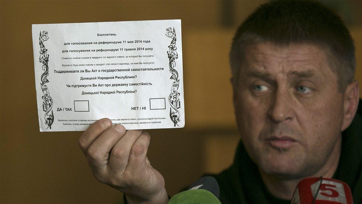 Vyacheslav Ponomaryov, maire prorusse de Slaviansk, exhibe un bulletin de vote destiné au référendum qui sera tenu dimanche dans la région.