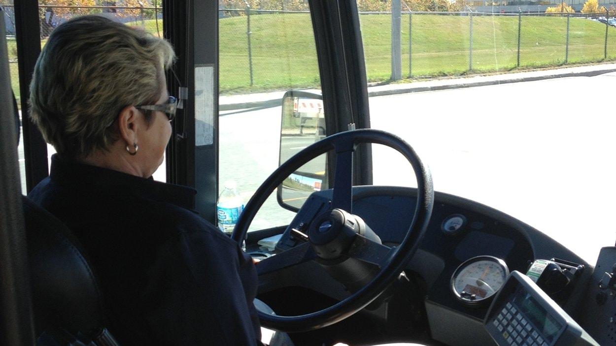 Une chauffeuse d'autobus du RTL
