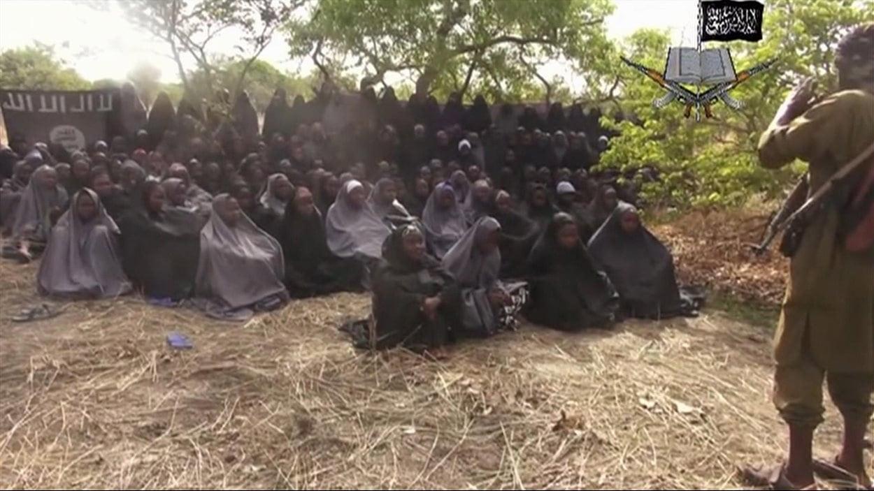 Cette photo est extraite de la video envoyée par la secte Boko Haram. Elle montre une partie des lycéennes victimes d'enlèvement.
