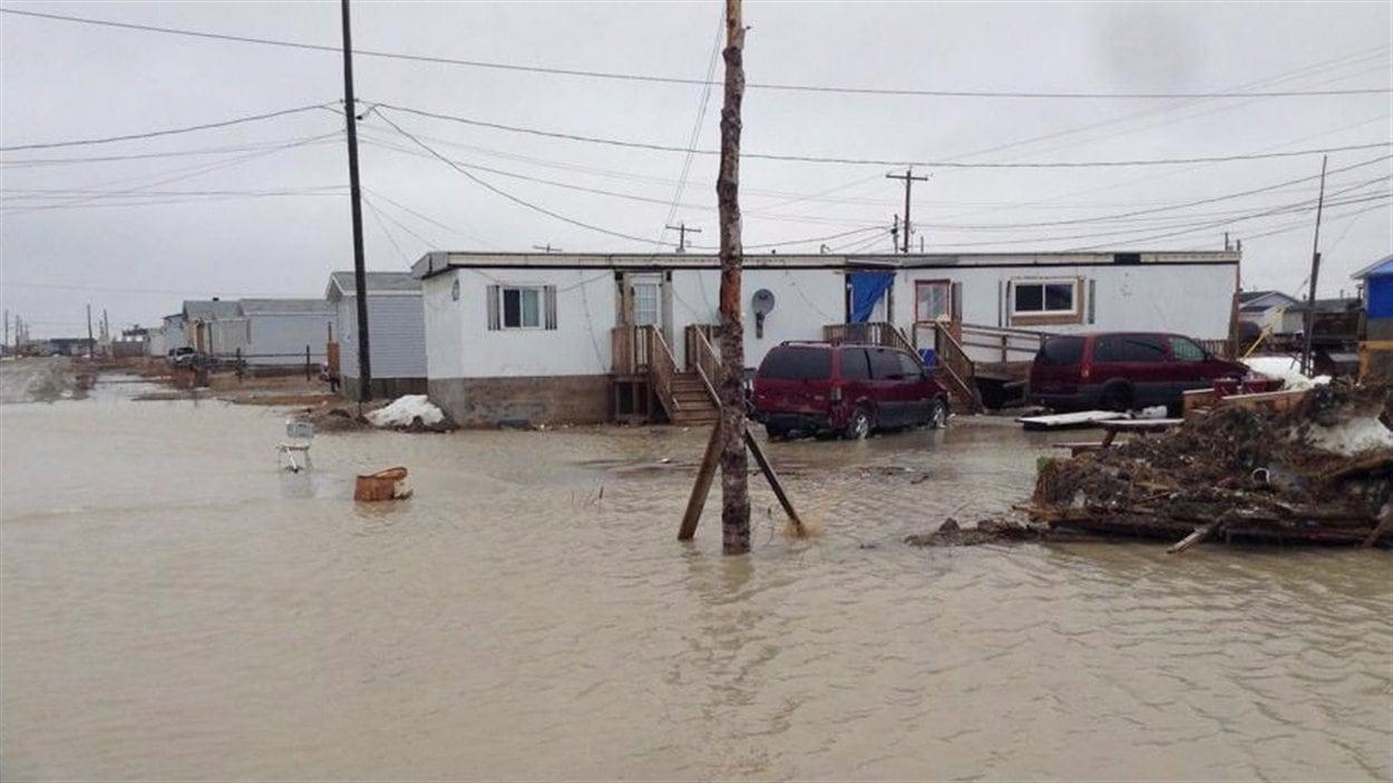Les inondations dans la réserve de Kashechewan ont forcé des centaines de résidents à quitter leur demeure.