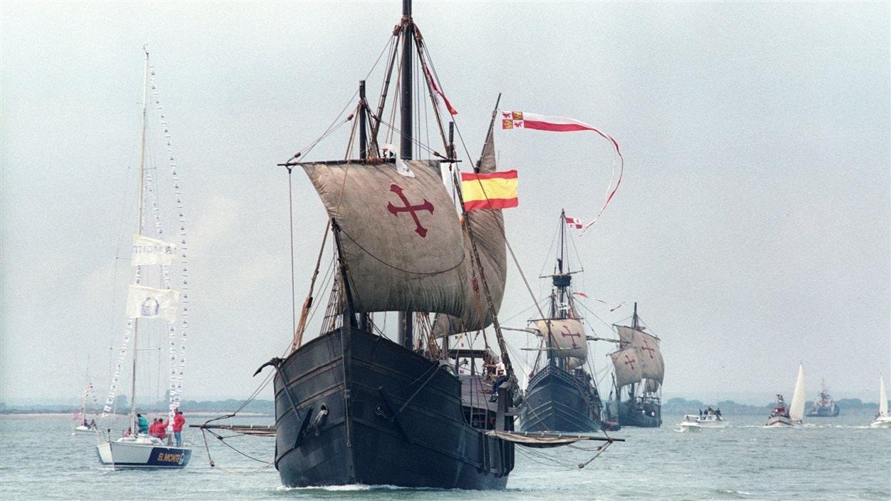 Des répliques de la Pinta, la Nina et la Santa Maria lors d'une reconstitution historique au large du port de Huelva, en Espagne.