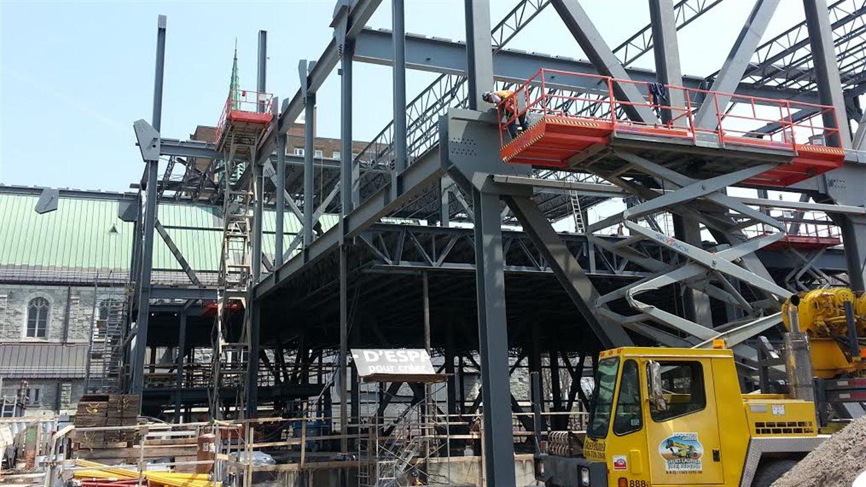 Le tiers de la structure d'acier est assemblé.